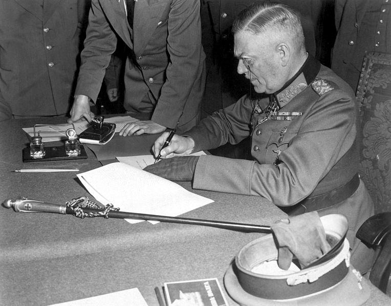 Wilhelm Keitel am 8. Mai 1945 bei der Unterzeichnung der bedingungslosen Kapitulation. Rechte: Public Domain; Quelle: Wikipedia.