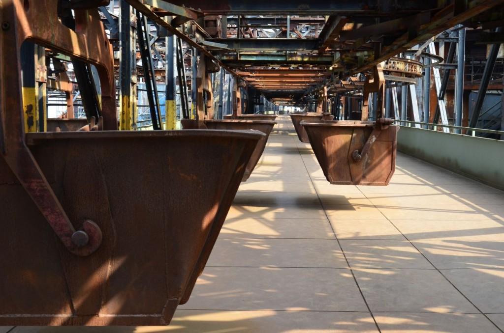 In Hängebahnwagen wurden die Rohstoffe in die sechs Hochöfen transportiert. Bildrechte: Wenzel Seibold.